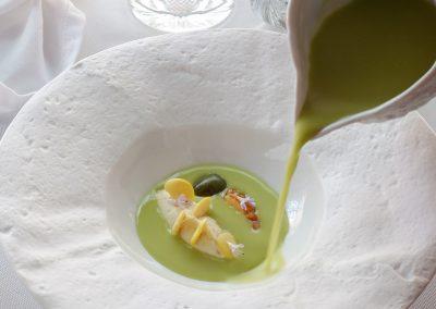 Gazpacho de tomates verdes y aceitunas, bacalao y altramuz