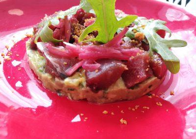 Dados de atún rojo marinado con guacamole y polvo de maíz