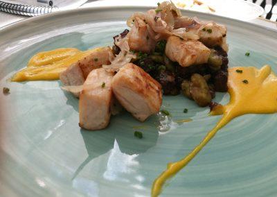 Dados de ventresca de pez espada con crema de zanahorias, y salteado de habitas y morcilla de Ronda