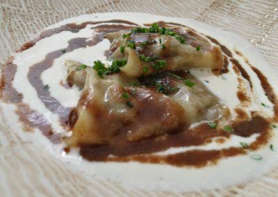 Ravioli de guiso de cola de toro con espuma de parmesano