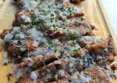 Milanesa de ternera con huevo, trufa y parmesano.
